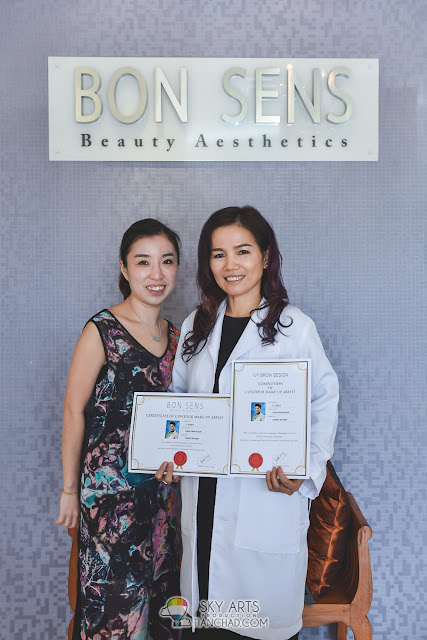 Receiving certificate after completed  'Professional Contour and Eyebrow Embroidery Course' by Ivy Brow Design