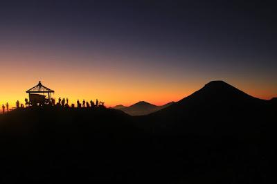 Golden sunrise sikunir, tempat memesona menikmati matahari terbit