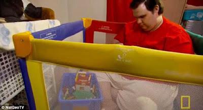 Thornton disse que adaptou um cercadinho de criança, colocando uma espessa camada de madeira no fundo para suportar seu peso