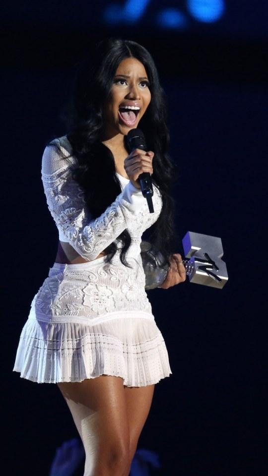 Linda de Vestido Branco Nicki Minaj 540x960