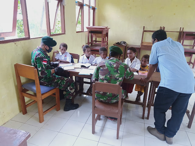 Siswa di Perbatasan Tidak Memiliki HP Untuk Ikuti Kelas Online, Begini Kiat Prajurit TNI