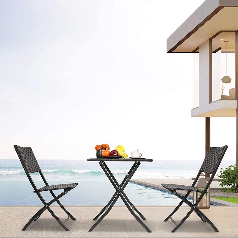 Mesa y dos sillas de acero
