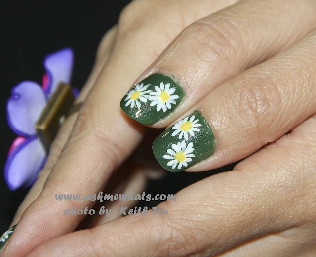a photo of Daisies Flower nail Art