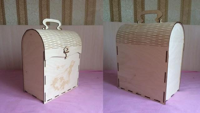 Деревянная подарочная упаковка с изображением павлина на крышке выполнена из березовой фанеры при помощи лазерной технологии. Коробочка имеет размер в длину 20 см, в высоту 5,5 см, в ширину 10,5 см. Коробка прямоугольная. Углы закруглены, выполнены с использованием линейной перфорации. Деревянная коробка подойдет для упаковки подарков на праздники. В деревянной упаковке можно подарить чай, кофе, набор для бани, канцелярию, сувениры, гаджеты, текстиль.Подарочнаяупаковка