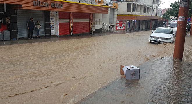 Diyarbakır Ergani'de aşırı yağış sele neden oldu
