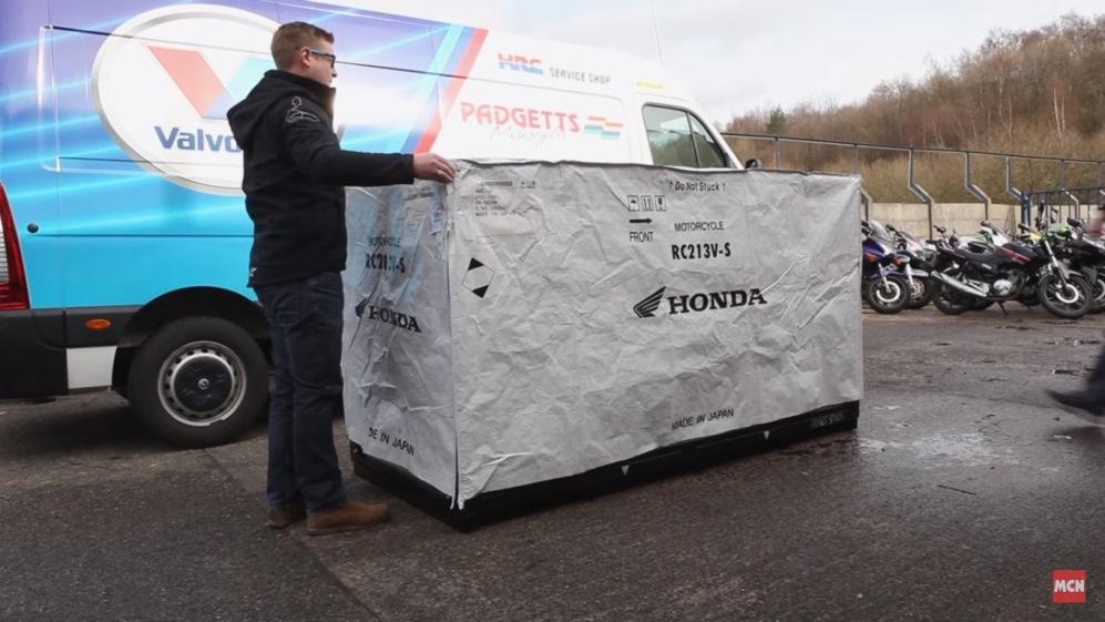 Lihat lebih dekat . .bagaimana bentuk Honda RC213V-S saat dikirim ke konsumen . . unboxing motor mahal