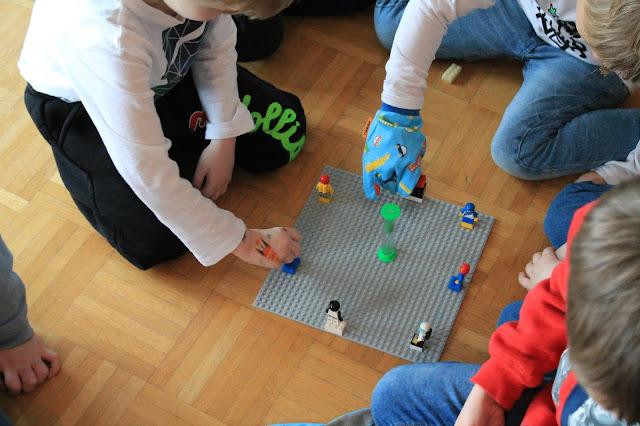Spielidee drinnen Kindergeburtstag LEGO Astronauten wuerfeln Kindergeburtstag Deko LEGO Weltraum Party Jules kleines Freudenhaus