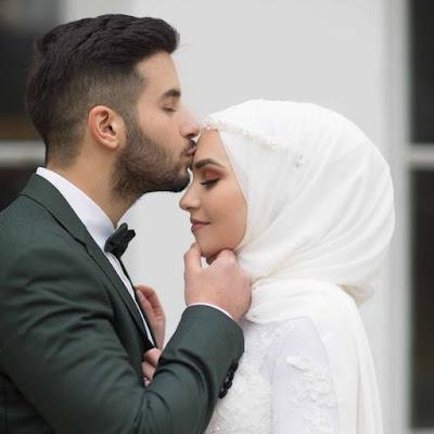 عريس يقبل جبهة عروسة