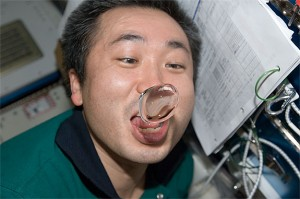 astronauts in space drinking water - photo #15