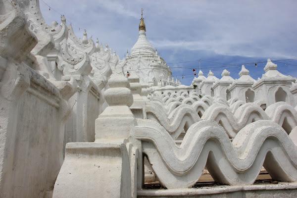 Formas de montana sagrada de la pagoda Hsinbyume (Mingun, Myanmar)