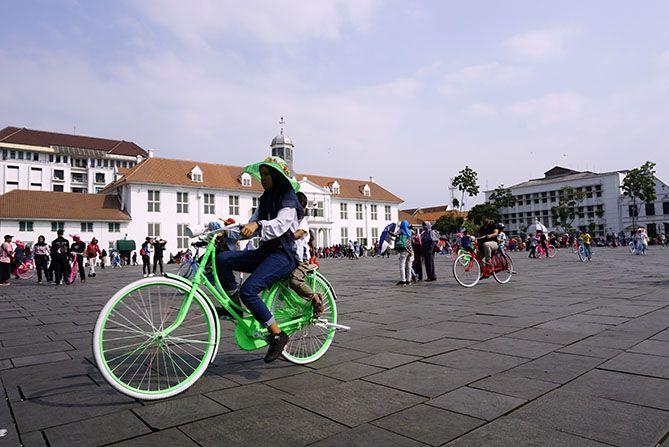 Bermain sepeda di Kota Tua Jakarta