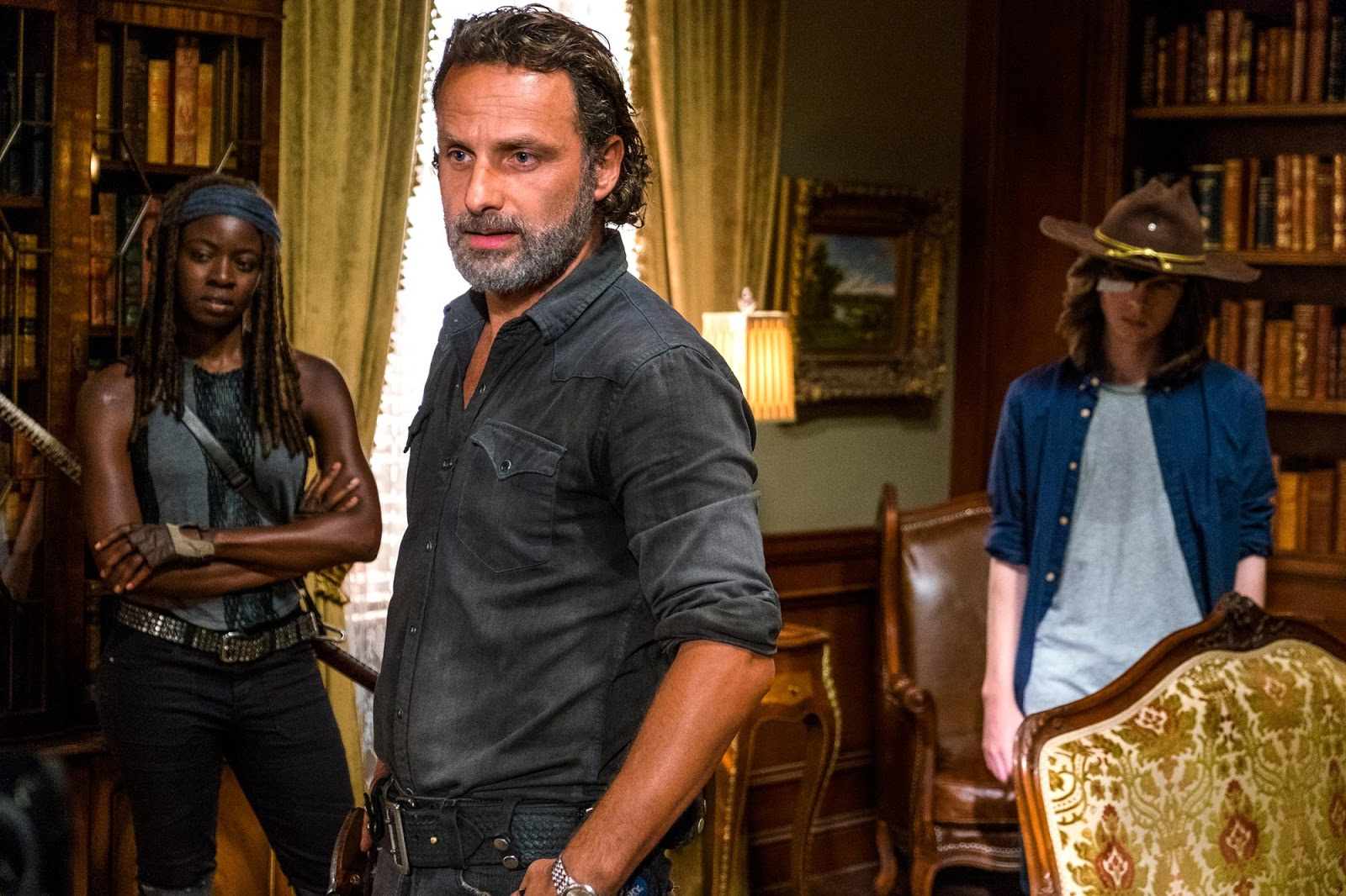 Rick Grimes, Michonne y Carl durante la reunión con Gregory en Hilltop en el episodio Rock in the Road