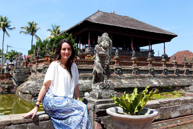 Lena delante del pabellón principal de Taman Gili