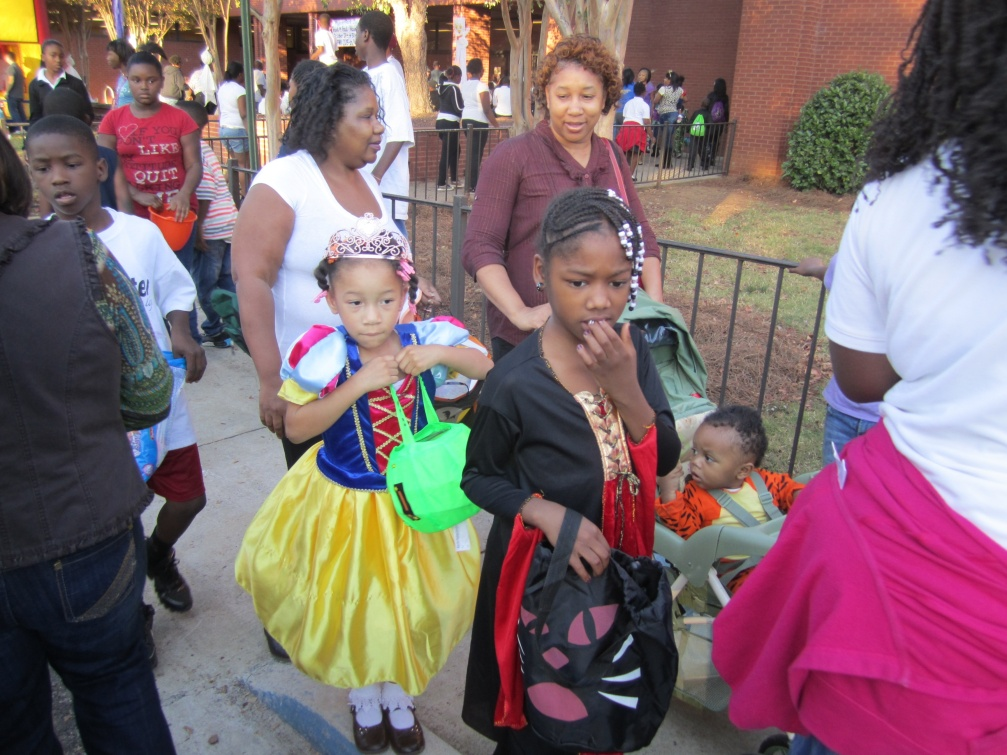 photos of kids trunk or treating at Powderly Library