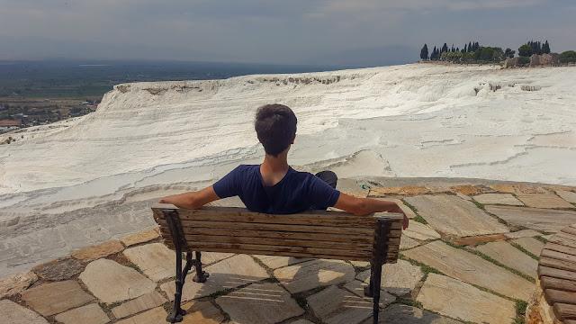 Harun İstenci Denizli'de Pamukkale Travertenlerine karşı oturuyor...