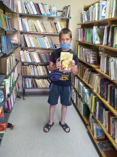 Мальчик выбрал книгу по программе бібліотека-філія №4 М.Дніпро