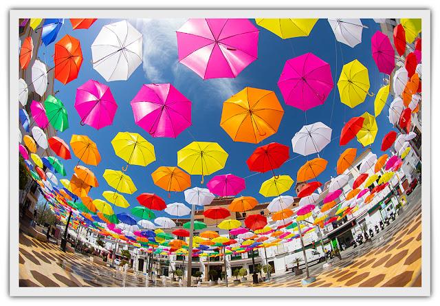 Paraguas sobre la Plaza y fuente de agua delante de la fachada del Ayuntamiento