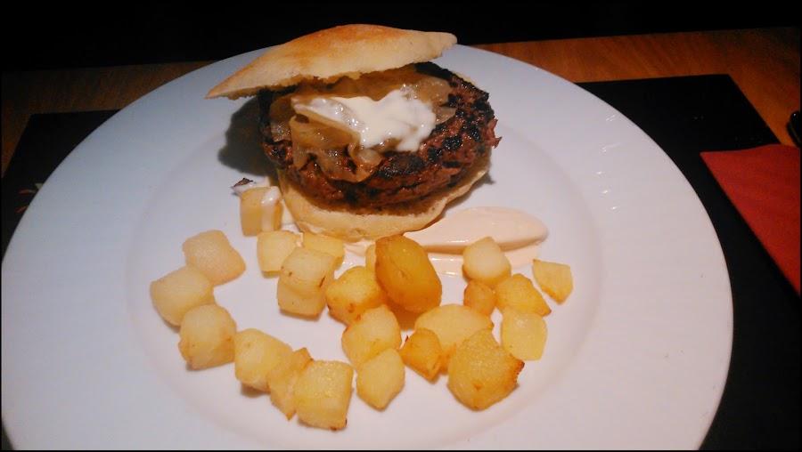 Hamburguesa de ternera con queso brie y cebolla caramelizada Restaurante La Chulapa de Alcalá