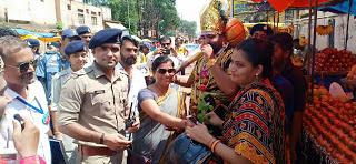 शिवपुरी - यातायात पुलिस ने चलाया जागरूकता अभियान, बिना हेलमेट वालों को दिए हेलमेट और सीट बेल्ट लगाए व्यक्ति को दिया फूल