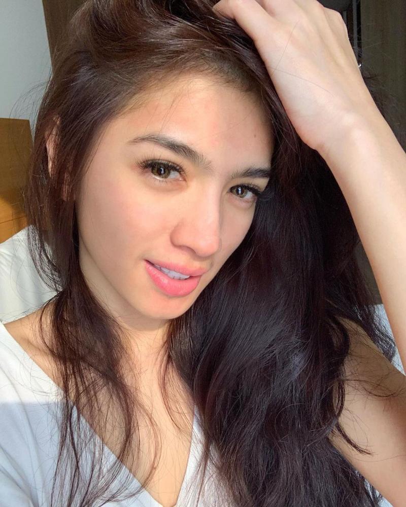 Angel Karamoy  janda kembang seksi dengan hidung mancung
