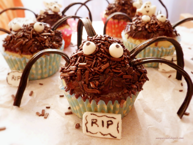 Arañas de halloween dulces con chocolate