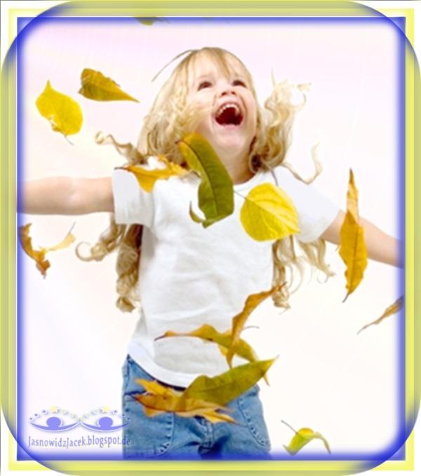 Szczęśliwe i Radosne Dziecko bawiące się liśćmi - DuchowyUzdrowiciel Berlin
