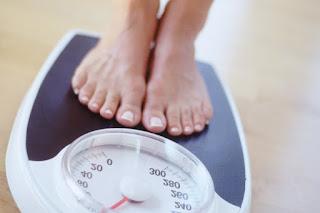 девушка весы взвешивается вес стоит на весах