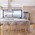 Cozinha contemporânea com ilha + sala de almoço com cor concreto!