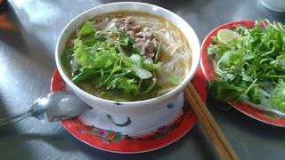 Un plato de Pho Bo, sopa de noodles tradicional de Vietnam con Ternera