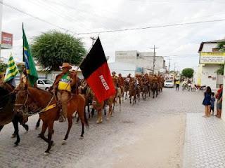 Centenas de vaqueiros se reúnem em cavalgada de São Vicente do Seridó