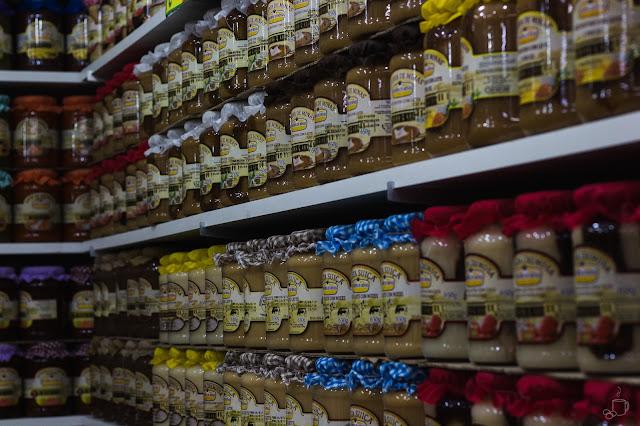 enorme prateleira expões diversas marcas de doce de deite dentro do mercado central