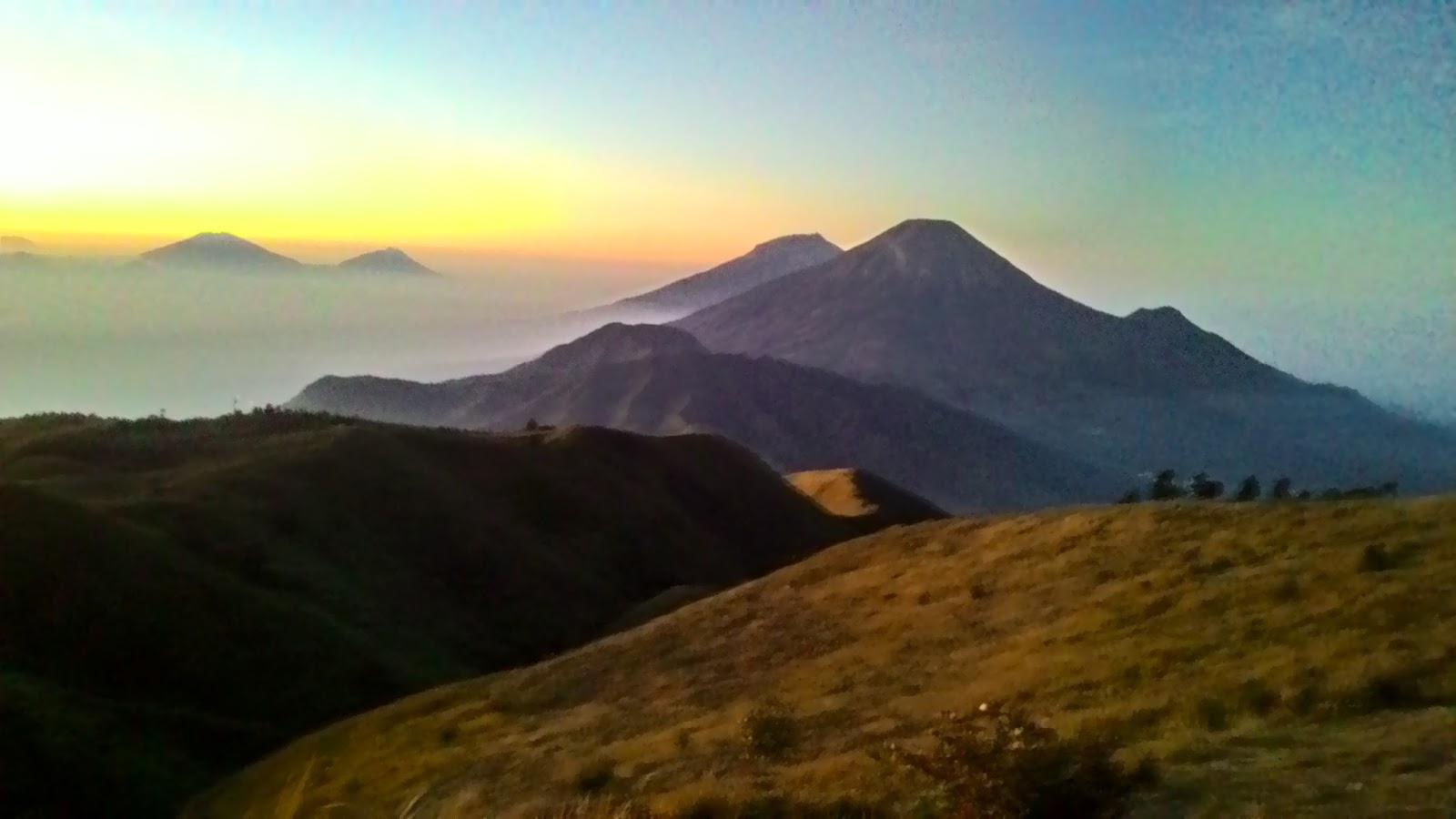 sunrise puncak gunung prau