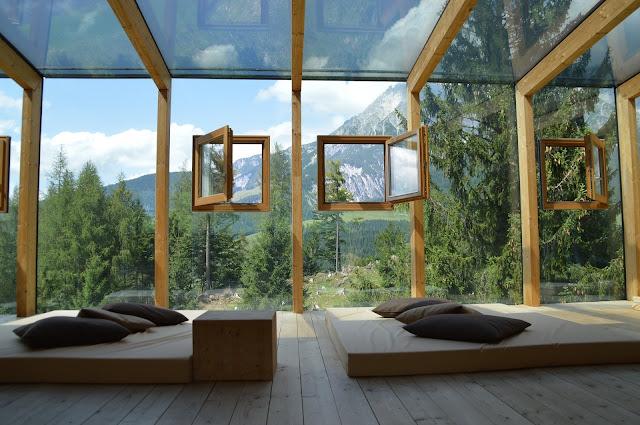 Muro de cristal con ventanas