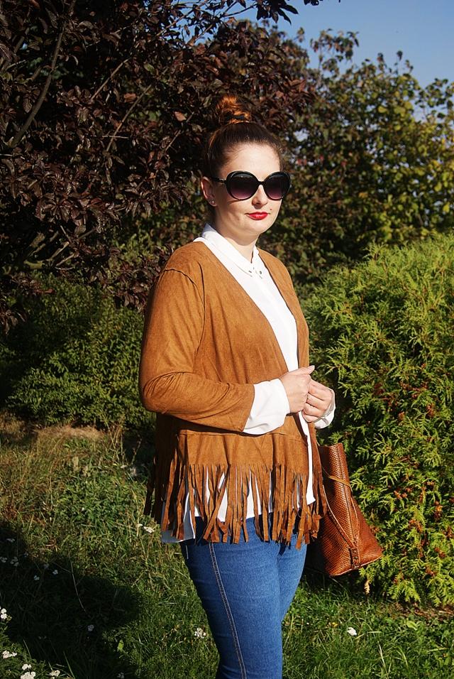 Jesienna stylizacja - zamszowa narzutka z frędzlami, biała koszula, jeansy i brązowe dodatki