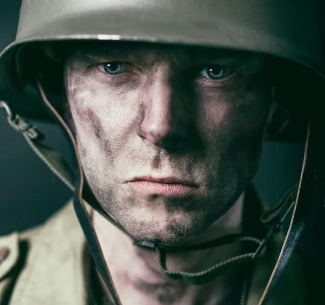 aprende ingles ejercito soldado mirando frontal serio suciedad casco