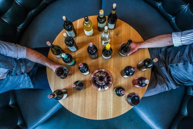 Mesa con botellas de vino