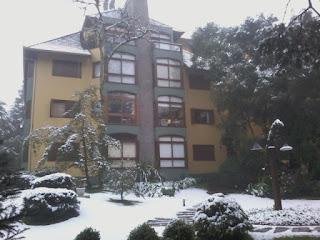 Fachada do edifício com neve  - Apartamento Temporada Gramado
