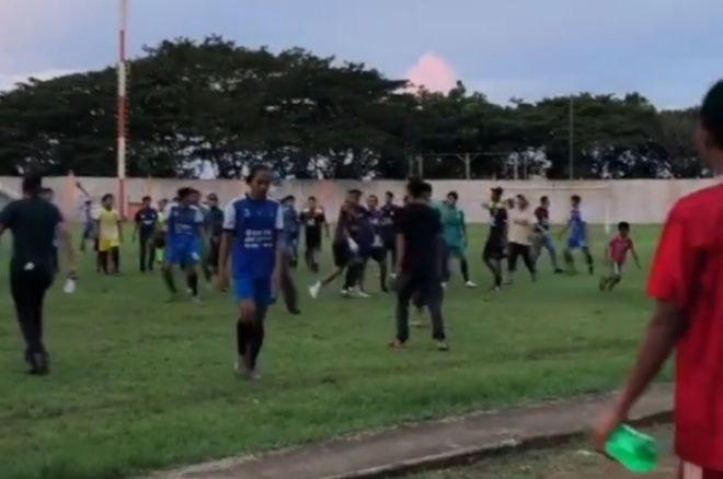 Ricuh Laga Uji Coba Praporprov Bone-Maros di Stadion Lapatau