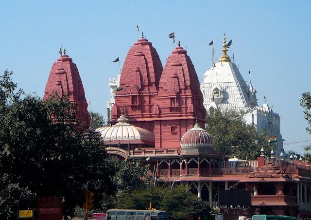 Nằm đối diện Red Fort lớn, Shri Digambar Jain Lal Mandir là ngôi đền Jain lâu đời và nổi tiếng nhất ở Delhi. Được xây dựng năm 1526, đến nay, chùa có nhiều thay đổi và trùng thu nhiều so với kiến trúc ban đầu, đồng thời được mở rộng vào những năm đầu thế kỷ 19. Các bệ ngôi đền bằng đá sa thạch đỏ còn được gọi là Lal Mandir.