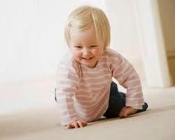 foto bayi laki-laki  cakep belajar merangkak