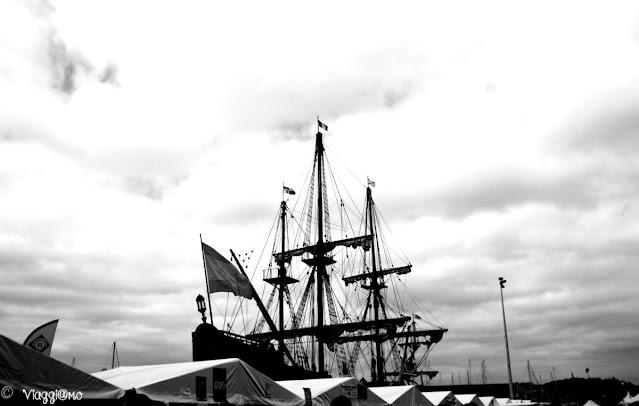 Veliero al porto durante la festa a Paimpol