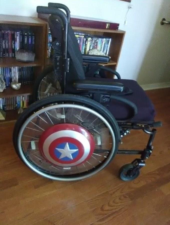 脳性麻痺だけど、YouTube を通じて、映画の話題やレビューの配信を続けてるオタクの息子のために、お母さんが工夫してあげた車椅子😀