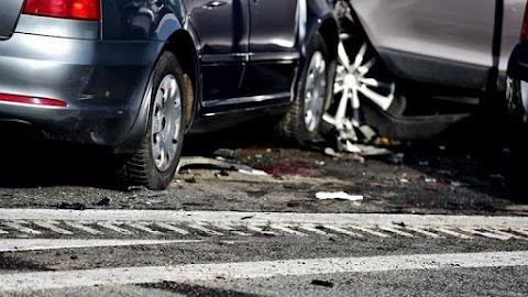 Két autó csapódott egymásba 85-ös főúton – Törmelék került az utcára