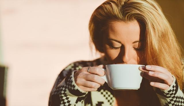Meminum kopi