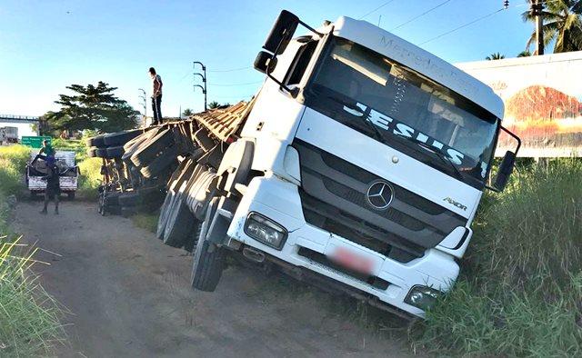 Caminhão tomba na BR-230 para evitar suposto assalto, na Paraíba
