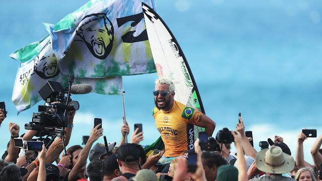 Ítalo Ferreira comemora título no surfe
