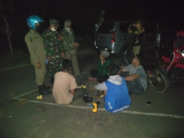 KodimKaranganyar - Meminimalisir Penyebaran Covid-19, Babinsa Jatiroyo Dan Satpol-PP Serta Kepala Desa Patroli Bersama