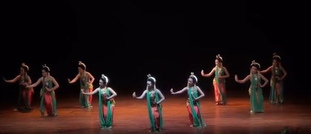 Kelompok wanita sedang menari
