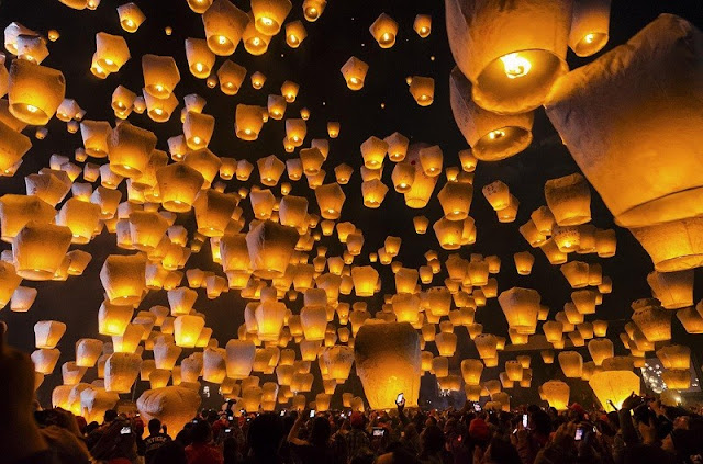 thousands of lanterns in the sky during Taiwan lantern festival