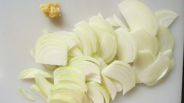 玉ねぎをくし切りにして生姜はすりおろす